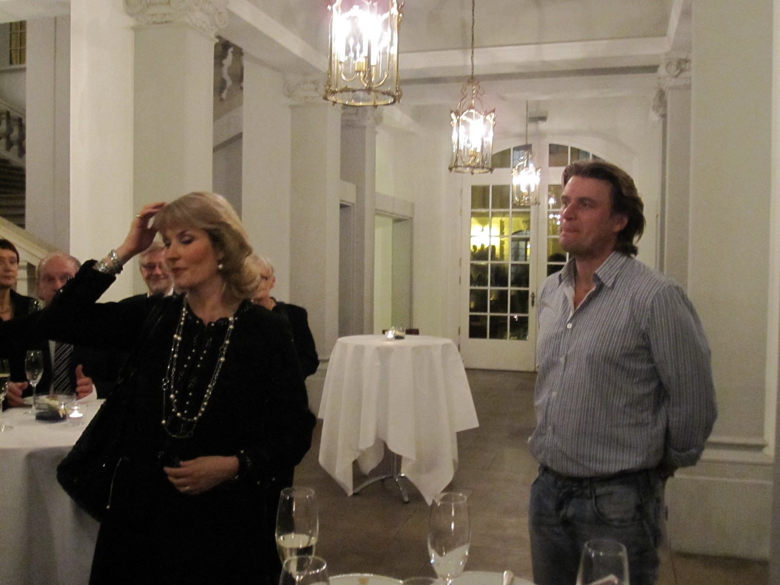 Lohengrin-oopperan lemmenpari Camilla Nylund (Elsa) ja Klaus Florian Vogt (Lohengrin) klubilaisia tapaamassa esityksen jälkeen Dresdenissä v. 2009.